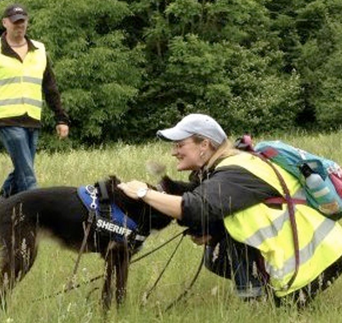 Der Hund als Nasenspezialist kann Fährten finden und vermisste Personen suchen. Spielerisch üben Mensch und Hund diese Fähigkeiten bis zur Perfektion.